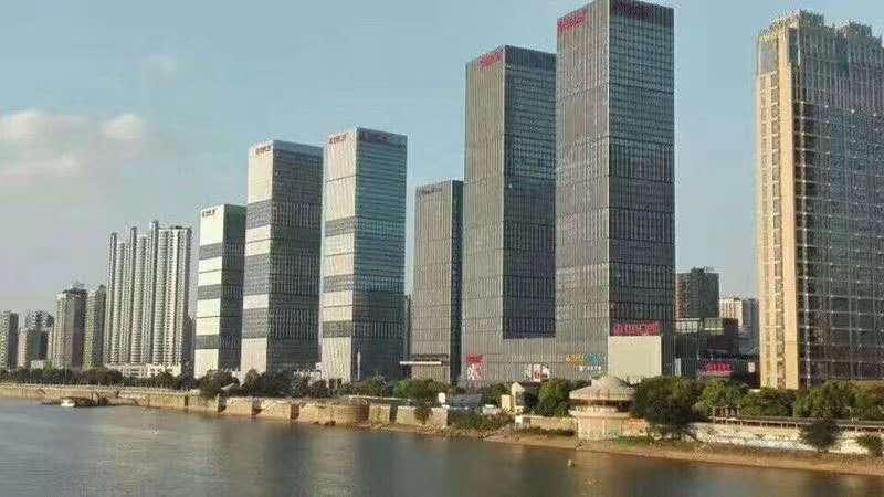 小面积首选,万达广场123平精装带办公家具